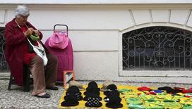 Una persona vendiendo sombreros en Curitiba, Brasil, jun 21, 2014. El Gobierno brasileño tendrá en cuenta las tensiones políticas antes de decidir si seguirá adelante con un controvertido proyecto de ley para reformar el sistema de pensiones de Brasil en abril, dijo a Reuters el ministro de Trabajo, Miguel Rossetto.   REUTERS/Stefano Rellandini