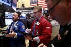 Трейдеры на фондовой бирже в Нью-Йорке. 9 марта 2016 года. Фондовые рынки США закрыли волатильную сессию четверга незначительным изменением индексов после того, как Европейский центральный банк снизил ключевую процентную ставку, а глава регулятора Марио Драги сказал, что не ждет нового смягчения. REUTERS/Lucas Jackson