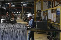 Un trabajador revisando un cable de acero en la planta de la compañía TIM en Huamantla, México, oct 11, 2013. La actividad industrial de México dio un salto en enero y anotó su mayor tasa de crecimiento mensual desde noviembre de 2012, rompiendo con una racha de tres meses consecutivos a la baja, mostraron el viernes cifras oficiales.  REUTERS/Tomas Bravo