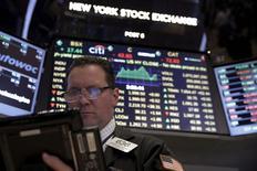 Трейдеры на торгах Нью-Йоркской фондовой биржи 4 марта 2016 года. Фондовый рынок США открыл торги пятницы повышением основных индексов, поддерживаемый подъемом котировок акций энергетических компаний, которому способствовал рост цен на нефть. REUTERS/Brendan McDermid