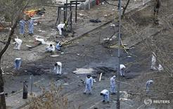 Криминалисты работают на месте взрыва в Анкаре 14 марта 2016 года. Как минимум 34 человека погибли и 125 получили ранения в результате взрыва заминированного автомобиля на главной улице турецкой столицы Анкары в воскресенье. REUTERS/Umit Bektas