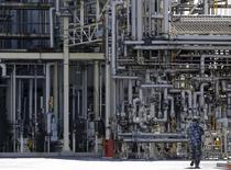 Фабрика в промышленной зоне Кейхин в Японии  Заказы на машинное оборудование в Японии подскочили в январе за счет большого числа заказов в сталелитейной промышленности, но, по словам экономистов, за исключением этого фактора, объем заказов, вероятно, остался на уровне предыдущего месяца.. REUTERS/Toru Hanai