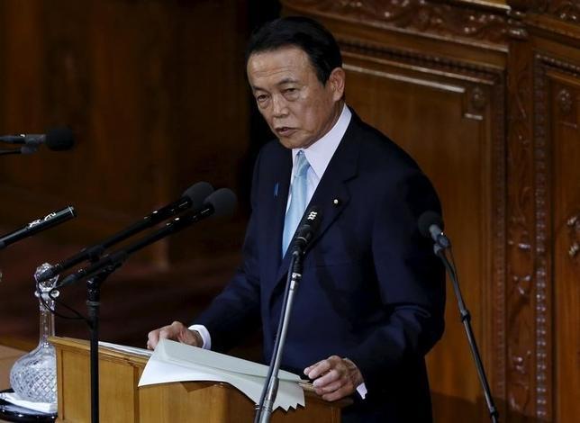 3月15日、麻生太郎財務相は、春闘の集中回答日を控えた閣議後会見で、企業の賃上げについて必ずしもベースアップ(ベア)にこだわらない考えを示した。写真は1月撮影(2016年 ロイター/Toru Hanai)