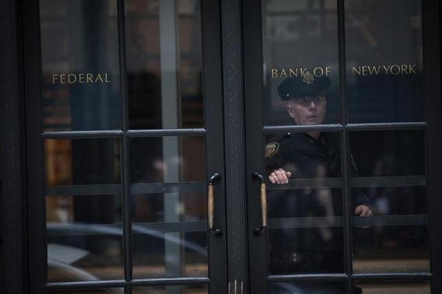 3月15日、バングラデシュ銀行(中央銀行)のアティウル・ラーマン総裁は、米ニューヨーク連銀にある口座から8100万ドルがハッカーに盗まれた事件の責任を取って辞任したことを明らかにした。写真はニューヨーク連銀のビル。2012年10月撮影(2016年 ロイター/Keith Bedford)