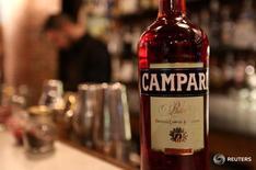 Бутылка Campari в баре в центре Милана 29 февраля 2016 года. Крупнейший в Италии производитель алкогольных напитков Campari сообщил во вторник, что собирается приобрести французского конкурента Grand Marnier, оценив его в 684 миллиона евро ($759 миллиона).  REUTERS/Stefano Rellandini