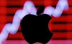 """Apple fait partie des valeurs à suivre mardi sur les marchés américains.  La firme à la pomme pourrait vendre quelque 56,5 millions d'iPhone au premier trimestre, davantage que prévu par les analystes, estime Morgan Stanley qui est à """"surpondérer"""" sur la valeur, avec un objectif de 135 dollars. L'action gagne 1,4% à 104,00 dollars dans les échanges d'avant-Bourse. /Photo prise le 26 février 2016/REUTERS/Dado Ruvic"""