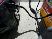 Los precios del petróleo caían por segunda sesión consecutiva el martes, por una resistencia técnica surgida después de que los precios superaran los 40 dólares por barril y el temor a que los inventarios de crudo en Estados Unidos hayan seguido subiendo a pesar del descenso de la producción. En la imagen, un coche aparece junto a la manguera de una gasolinera mientras se rellena su depósito en Carlsbad, California, el 4 de agosto de 2015. REUTERS/Mike Blake