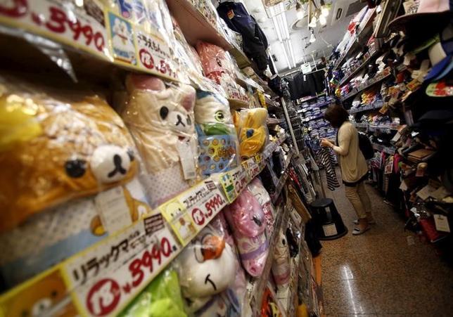 3月16日、政府は、民間が保有するビッグデータを活用した新しい消費統計を作成する。写真はディスカウントストアで買い物をする女性、都内で昨年7月撮影(2016年 ロイター/Yuya Shino)