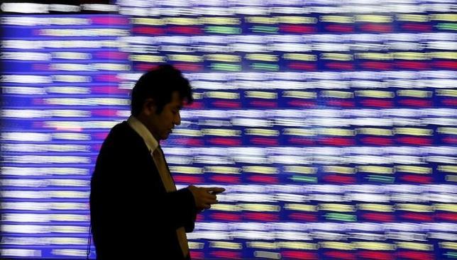 3月16日、前場の東京株式市場で、日経平均株価は前営業日比65円70銭安の1万7051円37銭となり、続落した。都内の株価ボード。昨年12月撮影(2016年 ロイター/Toru Hanai)