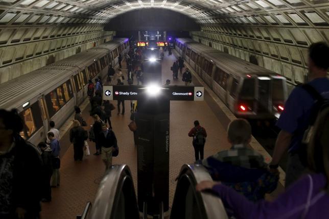 3月15日、米首都ワシントンの地下鉄当局は、緊急安全点検のため現地時間16日午前0時(日本時間同日午後1時)から17日午前5時(同午後6時)まで29時間にわたり全面運休すると発表した。ワシントンD.C.にて15日撮影(2016年 ロイター/Jonathan Ernst)