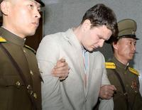 Студент Виргинского университета Отто Вомбиер выходит из здания Верховного суда Северной Кореи. 16 марта 2016 года. Верховный суд Северной Кореи в среду приговорил американского студента Отто Вомбиера, арестованного во время турпоездки в страну, к 15 годам каторжных работ за преступления против государства. REUTERS/Kyodo
