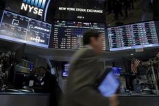 La Bourse de New York a ouvert en légère baisse mercredi, les investisseurs adoptant une attitude prudente à quelques heures de la fin de la réunion de politique monétaire de la Réserve fédérale et après des chiffres d'inflation susceptibles de justifier de futurs relèvements des taux d'intérêt. Après une dizaine de minutes d'échanges, l'indice Dow Jones perdait 0,1%, le Standard & Poor's 500 reculait de 0,04% et le Nasdaq Composite cédait 0,05%. /Photo d'archives/REUTERS/Brendan McDermid