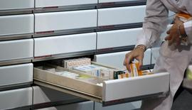 El plazo medio de pago a proveedores se redujo en los sectores público y privado en 2015, aunque siguió todavía muy alejado de los plazos marcados por la ley, mostró el miércoles un nuevo informe de la Plataforma Multisectorial contra la Morosidad (PMcM).  En la imagen, una oficina de farmacia en Madrid, el 18 de abril de 2012.  REUTERS/Sergio Pérez