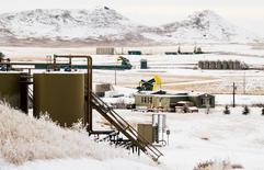 Unidades de bombeo de crudo y otros equipos para producir crudo operando a las afueras de Watford City, EEUU, ene 21, 2016. Los inventarios de crudo en Estados Unidos subieron por quinta semana consecutiva, alcanzando un nuevo récord pese a que los de gasolina y destilados cayeron y las importaciones bajaron, mostraron el miércoles datos de la gubernamental Administración de Información de Energía de Estados Unidos (EIA).     REUTERS/Andrew Cullen