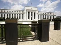 """La Reserva Federal de Estados Unidos dejó el miércoles estables los tipos de interés, pero indicó que un moderado crecimiento económico y """"fuertes avances del empleo"""" le permitirán reanudar este año su política de endurecimiento monetario. En la imagen de archivo, el edificio de la Reserva Federal, situado en en Washington, el pasado 15 de junio de 2008. TREUTERS/Yuri Gripas"""