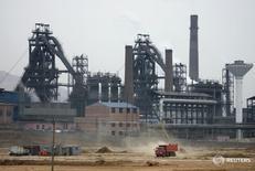 Сталелитейный завод в китайской провинции Хэбэй.  Снижение внешней торговли Китая станет менее масштабным после марта, однако торговые условия, как ожидается, ужесточатся в этом году по сравнению с 2015 годом, сказал представитель министерства торговли Китая в среду. REUTERS/Jason Lee (CHINA)