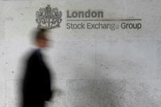 Les principales Bourses européennes ont débuté dans le vert jeudi dans le sillage de Wall Street et de la majorité des places asiatiques, l'appétit pour le risque bénéficiant des annonces de la Réserve fédérale américaine, qui ne prévoit plus que deux hausses de ses taux cette année. Un quart d'heure après le début des échanges, l'indice CAC 40 gagne 0,68%, le DAX à Francofrt progresse de 0,46% et le FTSE à Londres avance de 0,58%. /Photo d'archives/REUTERS/Stefan Wermuth