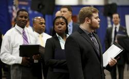 Personas buscando empleo hacen fila en una feria de trabajos en Washington. 8 de enero de 2016.El número de estadounidenses que solicitó el subsidio por desempleo subió la semana pasada desde un mínimo de cinco meses, aunque permaneció por debajo de los niveles relacionados con un mercado laboral en problemas. REUTERS/Gary Cameron