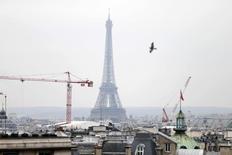L'Insee a confirmé jeudi son scénario de croissance modérée de l'économie française au premier semestre, grâce notamment à un rebond marqué de la consommation des ménages, qui s'accompagnerait d'une poursuite de la hausse des créations d'emplois et d'une légère diminution du chômage. L'institut prévoit une progression du produit intérieur brut (PIB) de 0,4% au premier comme au deuxième trimestre. /Photo d'archives/REUTERS/Charles Platiau