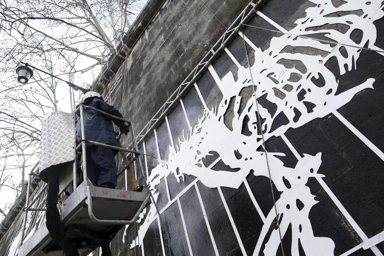 Mural in the muck tells story of Rome on riverside wall | Reuters com