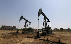 Станки-качалки компании ONGC на месторождении в окрестностях индийского города Ахмедабад. 16 марта 2016 года. Цены на нефть снизились вторую сессию подряд в понедельник, ещё дальше отступив от максимумов 2016 года, пробитых на прошлой неделе, на фоне беспокойств относительно перепроизводства, так как число буровых установок в США выросло впервые с декабря. REUTERS/Amit Dave