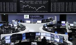 Las bolsas europeas cedían terreno en las primeras operaciones del lunes, presionadas por el retroceso de las empresas mineras y de la cadena de distribución francesa Casino. En la imagen, operadores trabajan en sus mesas delante del índice de precios alemán DAX, en la bolsa de Fráncfort, el 16 de marzo de 2016.     REUTERS/Staff/Remote