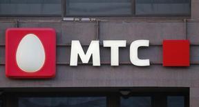 Логотип МТС на здании в Москве. 10 марта 2016 года. Крупнейший в СНГ телекоммуникационный оператор МТС в 2016 году допускает небольшое замедление динамики выручки после ее роста на 5 процентов в 2015 году, сообщила компания в понедельник. REUTERS/Maxim Shemetov