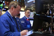 Operadores trabajando en la Bolsa de Nueva York, 14 de marzo de 2016. Las acciones de Wall Street operaban con pocos cambios el lunes, cuando las pérdidas de títulos de energéticas y de materiales eran contrarrestadas por el avance de los papeles de empresas de salud y telecomunicaciones. REUTERS/Lucas Jackson