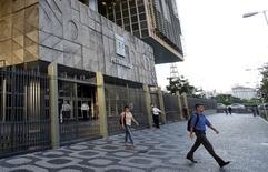 Petrobras a annoncé lundi soir la plus lourde perte trimestrielle de son histoire, conséquence d'importantes charges de dépréciation liées à la chute des cours du baril et à l'abandon de projets dans le raffinage.  Le groupe pétrolier public brésilien, par ailleurs plongé dans un retentissant scandale de corruption présumée qui menace la présidence de Dilma Rousseff, a enregistré au quatrième trimestre 2015 une perte nette consolidée de 36,9 milliards de reals (9,07 milliards d'euros). /Photo prise le 21 mars 2016/REUTERS/Sergio Moraes