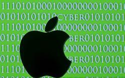 """Les autorités américaines ont annoncé lundi qu'une """"tierce partie"""" leur avait présenté la veille une méthode susceptible de leur permettre d'avoir accès aux données de l'iPhone d'un des auteurs de la tuerie de San Bernardino sans la collaboration d'Apple. /Photo d'archives/REUTERS/Dado Ruvic"""