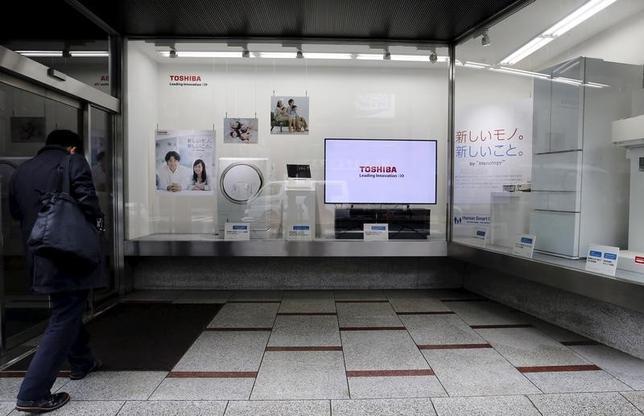 3月22日、格付け機関ムーディーズは、東芝の格付けを「B2」から「B3」に引き下げたと発表した。都内で昨年11月撮影(2016年 ロイター/Toru Hanai)