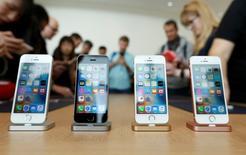Le nouvel iPhone SE d'Apple est doté de technologies dernier cri à un prix relativement compétitif mais sa cible sur les marchés visés comme la Chine et l'Inde pourrait être limitée en raison de la taille de son écran, /photo pris ele 21 mars 2016/REUTERS/Stephen Lam