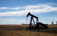 Una unidad de bombeo de petróleo vista cerca de Denver, Colorado. 2 de febrero de 2015. Los inventarios de crudo en Estados Unidos subieron con fuerza la semana pasada, ya que las refinerías redujeron sus niveles de procesamiento y las importaciones escalaron, mientras que las existencias de gasolina bajaron, mostraron el miércoles datos de la gubernamental Administración de Información de Energía (EIA). REUTERS/Rick Wilking