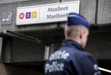 Бельгийский полицейский у входа на станцию метро Maalbeek в Брюсселе 23 марта 2016 года. Взрывы в Брюсселе обнаружили слабость бельгийских спецслужб. REUTERS/Thierry Roge/Pool