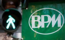Banco Popolare et Banca Popolare di Milano (BPM) sont parvenues à un accord de fusion, a annoncé le président de Banco Popolare. L'opération pourrait ouvrir la voie à un mouvement de concentration plus large dans le secteur bancaire italien. /Photo prise le 29 janvier 2016/REUTERS/Alessandro Garofalo