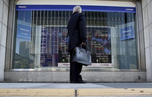 3月24日、寄り付きの東京株式市場で、日経平均株価は前営業日比21円59銭安の1万6979円39銭となり、続落して始まった。原油安を受け、前日の米国市場で主要株価3指数がそろって下落したことが重しとなっている。写真は都内の株価ボード、2月撮影(2016年 ロイター/Yuya Shino)