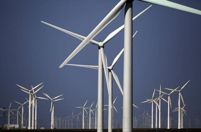 3月24日、昨年の再生可能エネルギー世界投資計画は、過去最高を記録した。写真は中国国内の風力発電所で2013年9月撮影(2016年 ロイター/Carlos Barria)