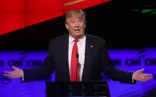 3月24日、米大統領選の共和党候補指名を目指すドナルド・トランプ氏は、実業家としての判断力を強みとしてアピールしている。写真はマイアミで10日撮影(2016年 ロイター/Carlo Allegri )