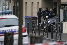 Французские полицейские у входа в здание во время рейда в пригороде Парижа 25 марта 2016  года. Несколько стран ЕС провели в пятницу полицейские рейды в связи с недавними атаками в Брюсселе, унесшими более 30 жизней. REUTERS/Gonzalo Fuentes