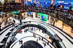 Les dépenses des consommateurs américains ont légèrement progressé en février mais un indicateur clé de l'inflation s'est replié. Les dépenses des consommateurs, qui représentent plus des deux tiers de l'activité économique des Etats-Unis, ont progressé de 0,1% le mois dernier et la hausse de janvier a été révisée à +0,1% également après avoir été initialement annoncée à +0,5%. /Photo d'archives/REUTERS/Thomas Peter
