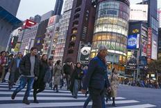 Люди переходят через дорогу в торговом районе Токио. Расходы японских домохозяйств в феврале выросли впервые за шесть месяцев, показали официальные данные во вторник, однако улучшение отчасти произошло из-за дополнительного дня в високосный год и практически не ослабило давление на правительство для принятия новых мер стимулирования экономики. REUTERS/Thomas Peter