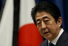 Le Premier ministre Shinzo Abe. Le parlement japonais a voté mardi un budget record de 96.720 milliards de yens (761 milliards d'euros) pour l'exercice fiscal 2016-2017 débutant le 1er avril, alors que se profile un nouveau report de la hausse de la taxe sur la valeur ajoutée (TVA). /Photo prise le 10 masr 2016/REUTERS/Toru Hanai