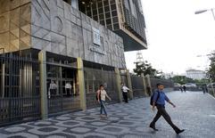 Personas salen del edificio de Petrobras, en Río de Janeiro, Brasil, 21 de marzo de 2016. El Gobierno de Brasil, accionista controlador de Petroleo Brasileiro SA, nominó al economista Luiz Nelson Guedes de Carvalho como presidente del directorio de la petrolera, dijo el martes la empresa en un comunicado. REUTERS/Sergio Moraes