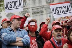 El Tribunal Supremo informó el martes de que ha desestimado una demanda de las organizaciones sindicales dando por bueno el fallo de la Audiencia Nacional que determinó válido un expediente de regulación de empleo de las embotelladoras de Coca Cola que lleva en los tribunales desde su ejecución en 2014. En la imagen de archivo, empleados de Coca Cola Coca-Cola protestan mientras esperan un veredicto del Supremo en Madrid, el 15 de abril de 2015. REUTERS/Andrea Comas