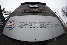 El logo de la Organización Mundial de Comercio (OMC) en la entrada de su sede en Ginebra. 9 de abril de 2013. La Organización Mundial de Comercio (OMC) dictaminó el martes a favor de varios reclamos de Argentina contra unos aranceles antidúmping que impuso la Unión Europea sobre sus importaciones de biodiésel. REUTERS/Ruben Sprich