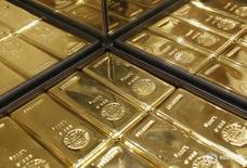 Слитки золота в магазине Ginza Tanaka в Токио 18 апреля 2013 года. Цены на золото снижаются после значительного подъема во вторник, вызванного ослаблением доллара и выступлением председателя ФРС Джанет Йеллен. REUTERS/Yuya Shino