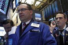 Operadores trabajando en la Bolsa de Nueva York. 28 de marzo de 2016. El índice S&P 500 y el promedio industrial Dow Jones subían el miércoles a sus máximos del año, ya que los inversores en Wall Street veían con buenos ojos los comentarios de la presidenta de la Reserva Federal, Janet Yellen, que pusieron énfasis en la cautela sobre futuras alzas de tasas de interés. REUTERS/Brendan McDermid