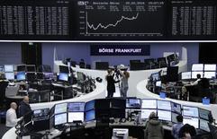 рейдеры работают на фондовой бирже во Франкфурте-на-Майне. Европейские фондовые рынки закрыли торги среды в плюсе после комментариев главы ФРС США Джанет Йеллен, призвавшей регулятор к осторожности при повышении ставки, а также за счёт роста акций немецкого ритейлера Metro. REUTERS/Staff/Remote