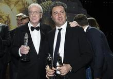Michael Caine e o diretor Sorrentino durante premiação europeia em Berlim.  12/12/ 2015.   REUTERS/Clemens Bilan/Pool