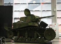 Копия советского танка MC-1 и логотипf Wargaming  в офисе Гейм Стрим в Минске. Россиянин Андрей Сафронов занимался разработкой мобильных игр в Казани, а в свободное время рисовал 3D-модели танков. Хобби позволило ему трудоустроиться в центре IT-индустрии, где компании с капитализацией в миллиарды долларов создают программы уровня Viber и World of Tanks.  REUTERS/Vasily Fedosenko
